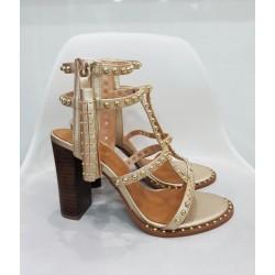 MODELO sandalias dorada tachas